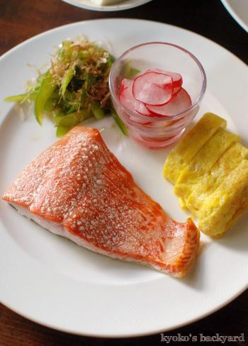 紅鮭のオーブン焼き。翌日の玄米と紅鮭のサラダ_b0253205_04173451.jpg
