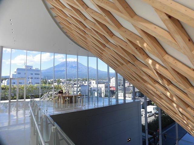 オープンから1年半後の初訪問 あの坂茂氏設計の「静岡県富士山世界遺産センター」_f0141310_07420445.jpg