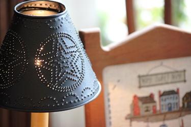 ブリキシェードのランプに刺繍フレームとスケール_f0161543_15591183.jpg