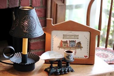 ブリキシェードのランプに刺繍フレームとスケール_f0161543_15593346.jpg