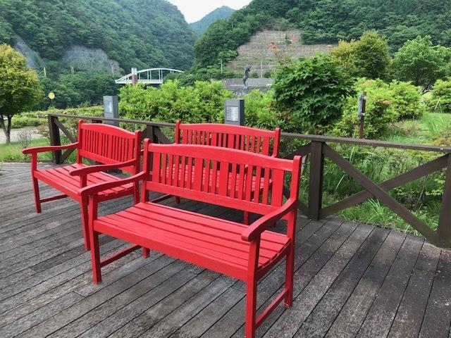 曇り空に映える赤ベンチ・・・_b0100253_11184931.jpg
