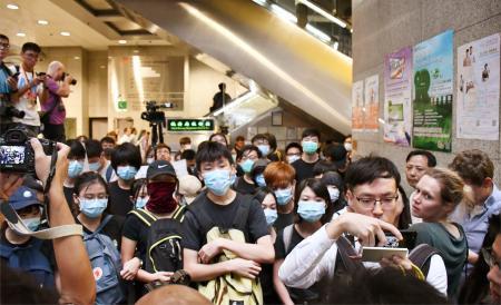 香港政府庁舎、若者らが再び占拠 独立派は大阪で反中国デモ参加へ_c0013092_00125470.jpg