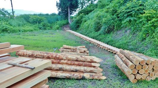 フットパスコースの木道工事が進んでいます_c0336902_21161303.jpg