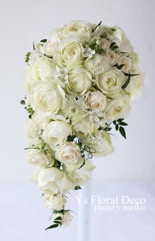白い小花を盛り込んだかわいい印象のキャスケードブーケ _b0113510_12445072.jpg