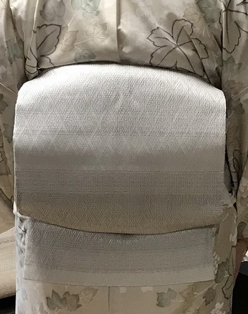 単衣の白大島にまいづる羅紗織のお客様・猫きらきら帯留。_f0181251_12144562.jpg