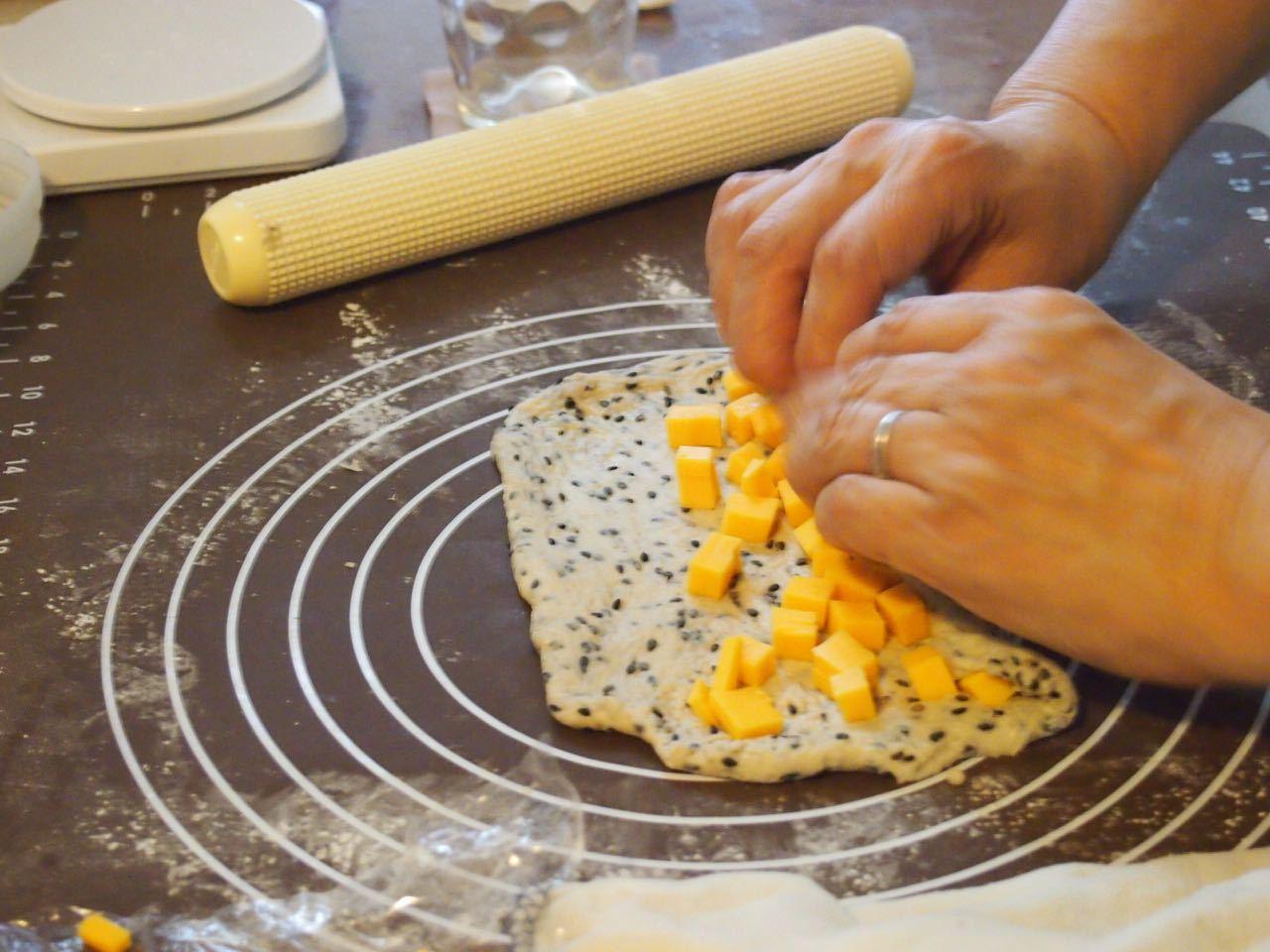 黒胡麻チーズパン*成形、楽しくレッスンしています♪_d0347457_00123072.jpg