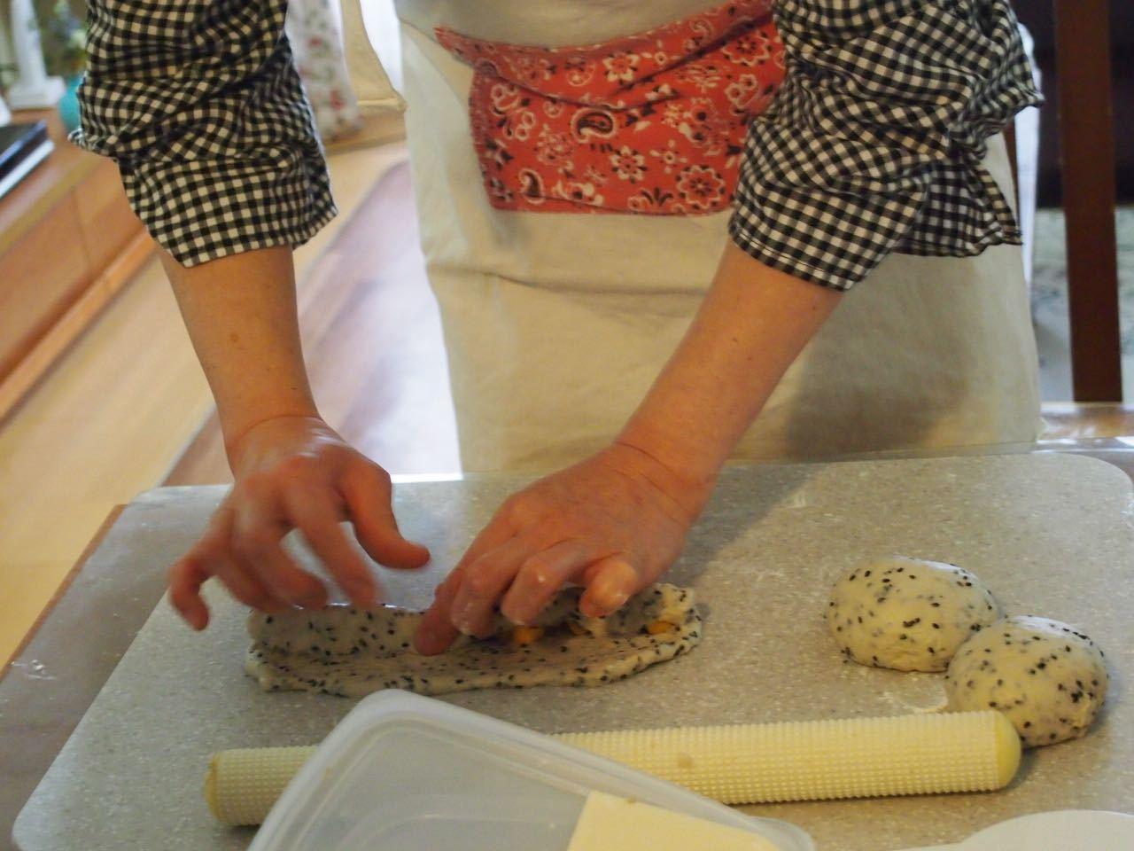 黒胡麻チーズパン*成形、楽しくレッスンしています♪_d0347457_00130352.jpg