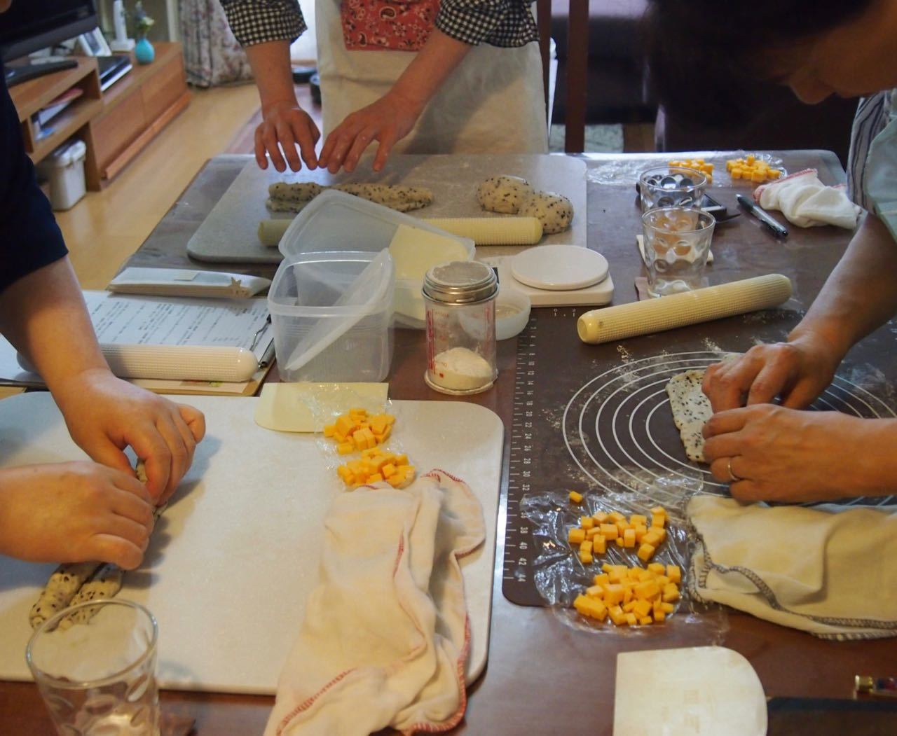 黒胡麻チーズパン*成形、楽しくレッスンしています♪_d0347457_00150314.jpg