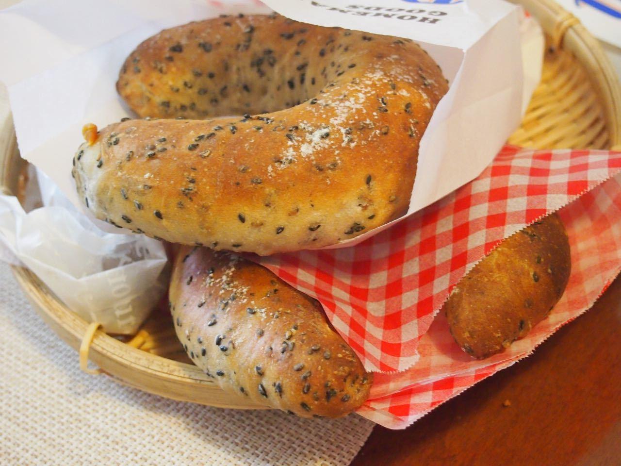 黒胡麻チーズパン*成形、楽しくレッスンしています♪_d0347457_00155442.jpg
