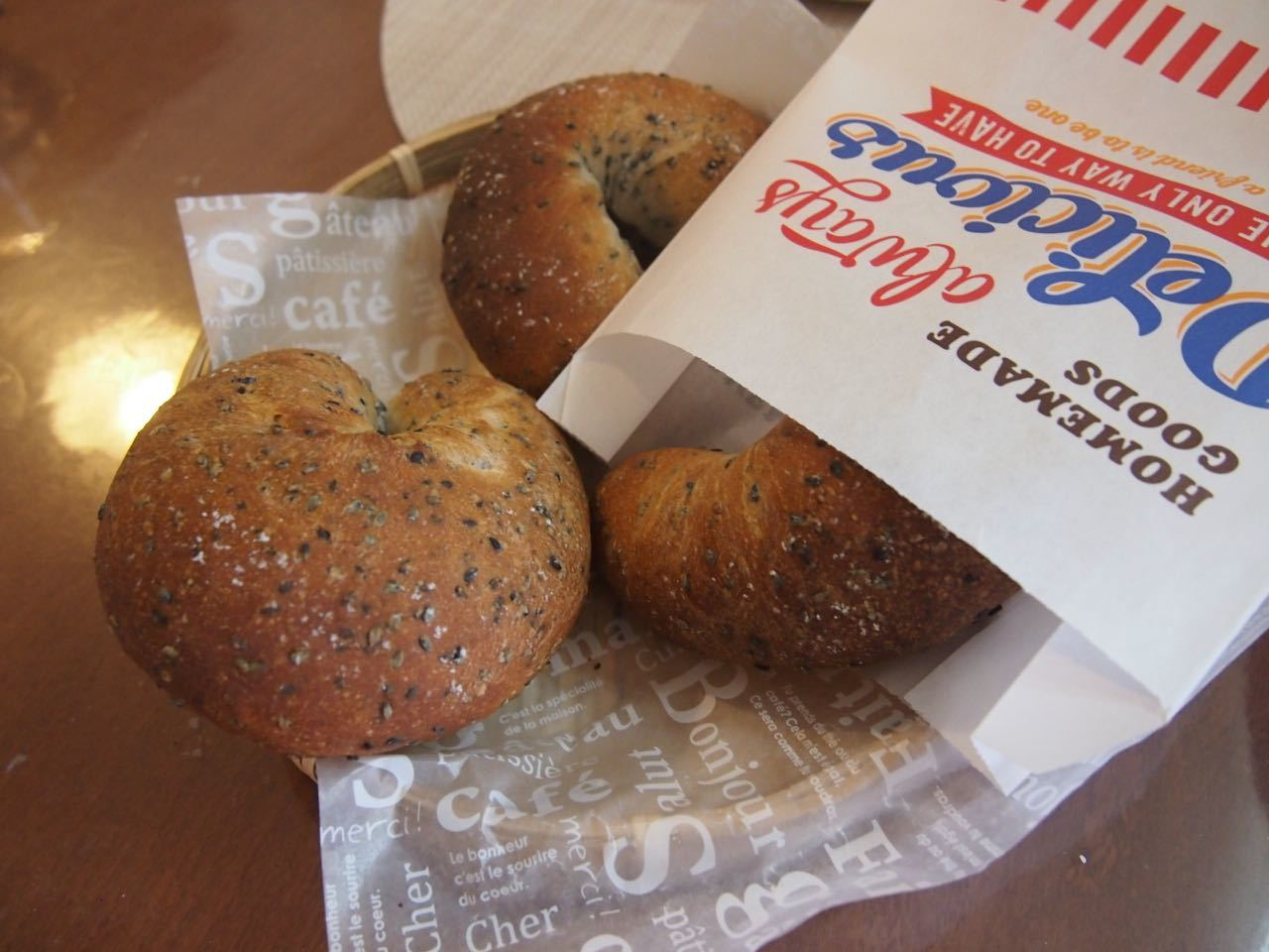黒胡麻チーズパン*成形、楽しくレッスンしています♪_d0347457_00162207.jpg