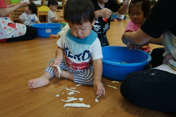 保育園 初めての小麦粉粘土!_a0166025_14120775.jpg