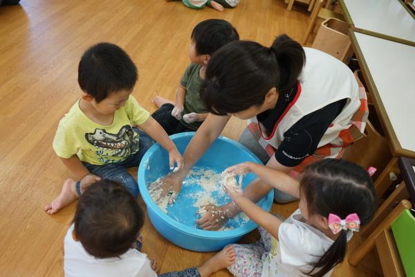 保育園 初めての小麦粉粘土!_a0166025_14172416.jpg