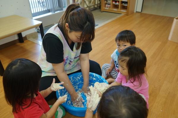 保育園 初めての小麦粉粘土!_a0166025_14214656.jpg