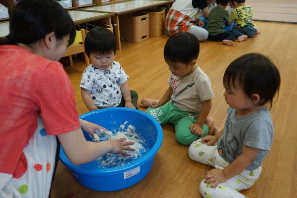 保育園 初めての小麦粉粘土!_a0166025_14220002.jpg