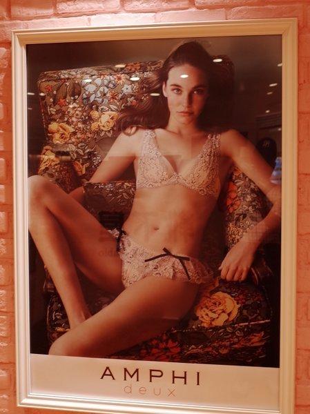 ガラスの中の女たち(19104)_b0190540_08294255.jpg