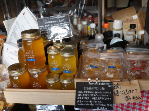 こだわり食材「イッピン」店頭に六国見山産の蜂蜜6・28_c0014967_16402582.jpg
