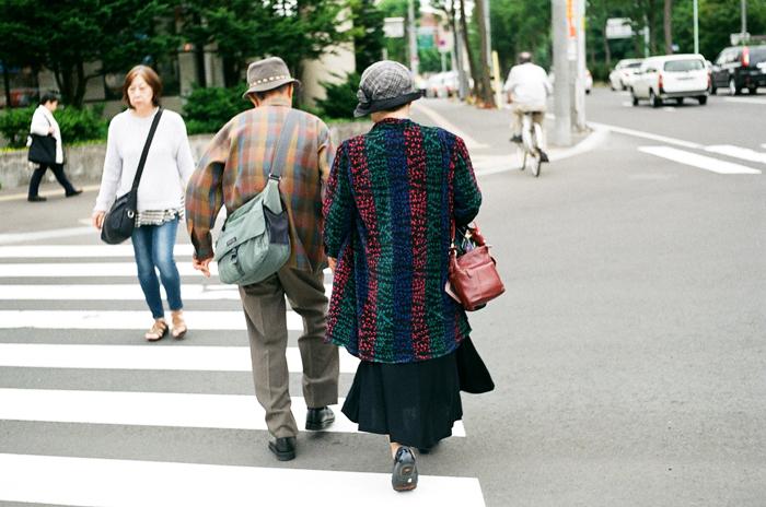 交差点のちゃんとした身づくろいの老夫婦_c0182775_12323548.jpg