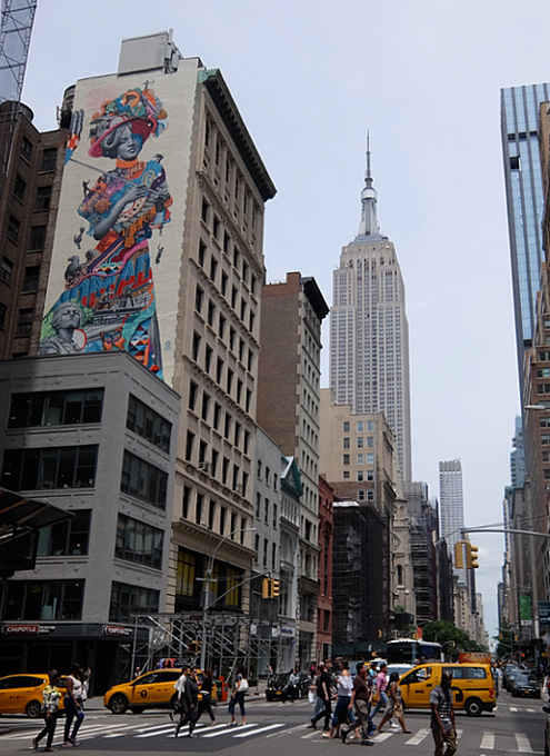 NYに世界初のスーパーモデル美少女、イヴリン・ネズビットさんの縦30メートルの超巨大壁画が登場_b0007805_20443831.jpg
