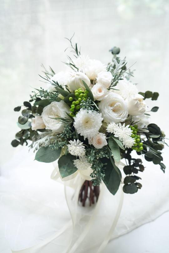 ホワイトオールドローズとユーカリのクラッチブーケ_a0136507_21383926.jpg