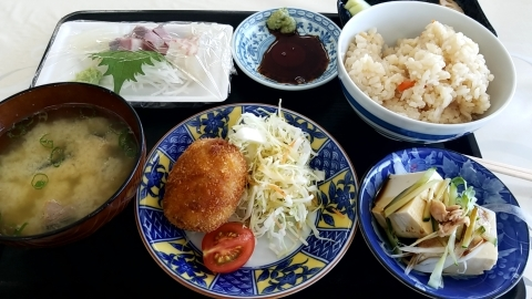 江田島 海辺の新鮮市場の刺身定食_b0090375_18232426.jpg