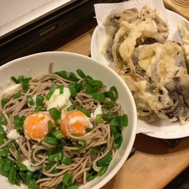 冷やしぶっかけ蕎麦失敗温玉のせと夏野菜天ぷら。_a0334793_08460735.jpg