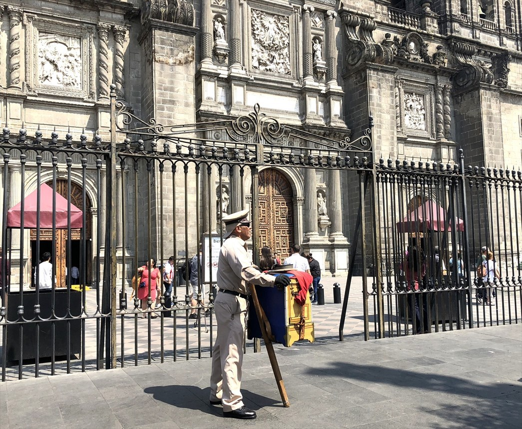 中南米の旅/68 アステカ遺跡の上に建つメトロポリタン大聖堂@メキシコシティ_a0092659_20355679.jpg