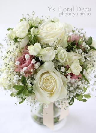 バラとかすみ草のクラッチブーケ ピンクベージュの挿し色_b0113510_08494906.jpg