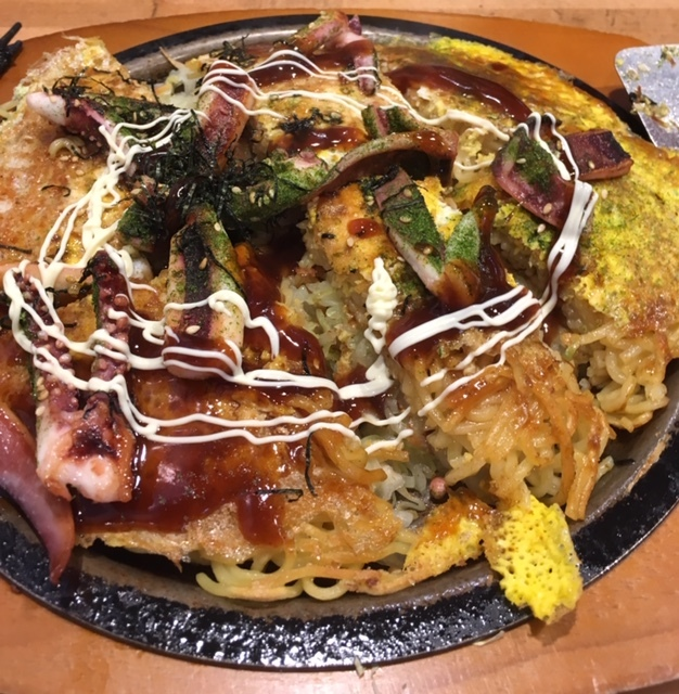 リトルトーキョーで広島風のお好み焼き_e0350971_07320188.jpg