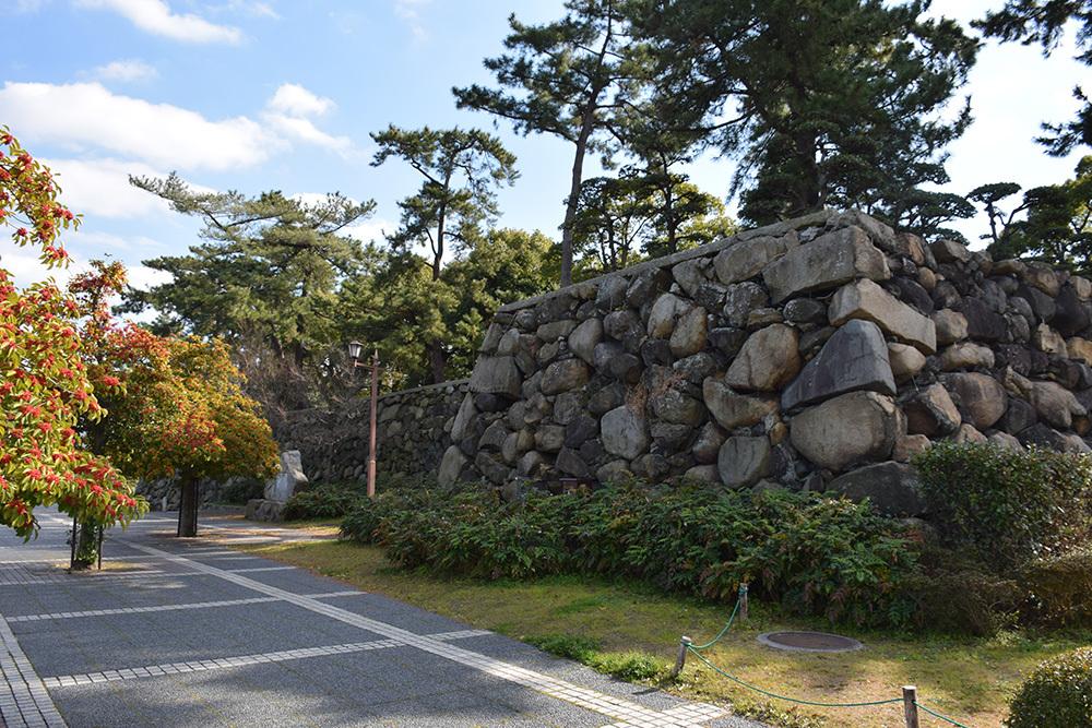 海に浮かぶ要塞、讃岐高松城を歩く。 その6 <外周、東の丸>_e0158128_21025901.jpg
