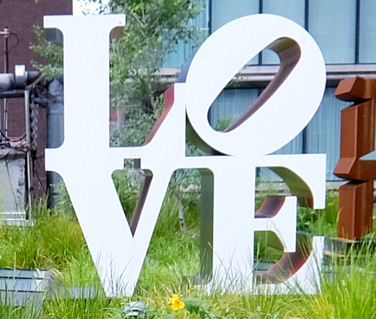 "NYの空中公園ハイラインに多言語化した""LOVE Statue""登場中_b0007805_06073149.jpg"