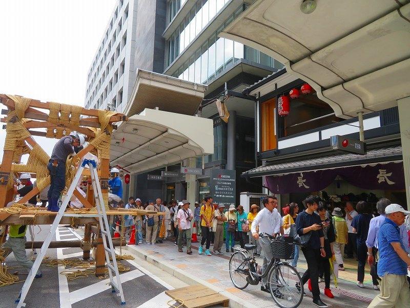祇園祭恒例の「鉾建て」20190710_e0237645_23302104.jpg