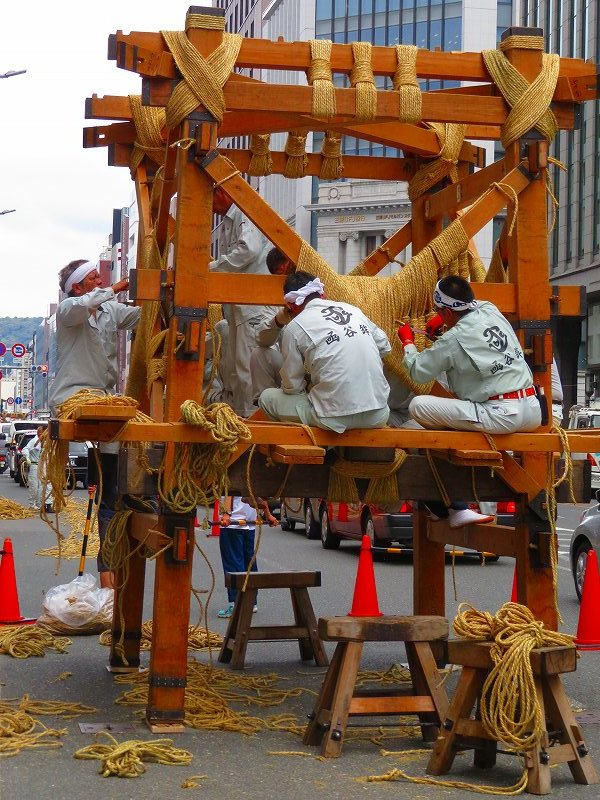 祇園祭恒例の「鉾建て」20190710_e0237645_23314912.jpg