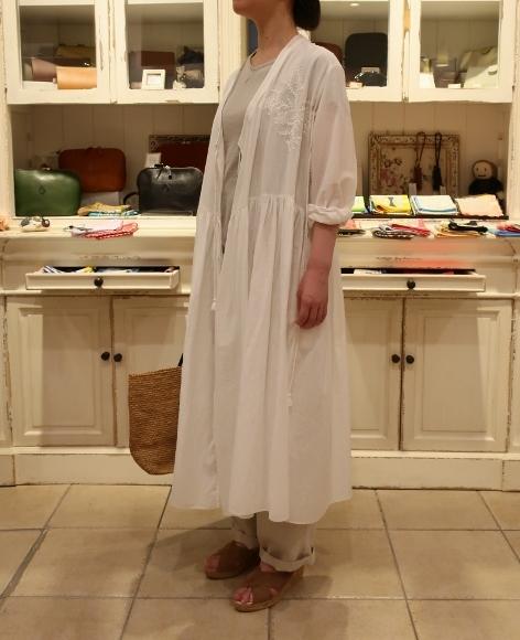 カディコットンに刺繍をした特別なドレスです。_c0227633_18281070.jpg