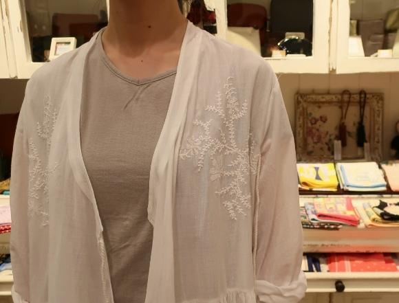 カディコットンに刺繍をした特別なドレスです。_c0227633_18282326.jpg