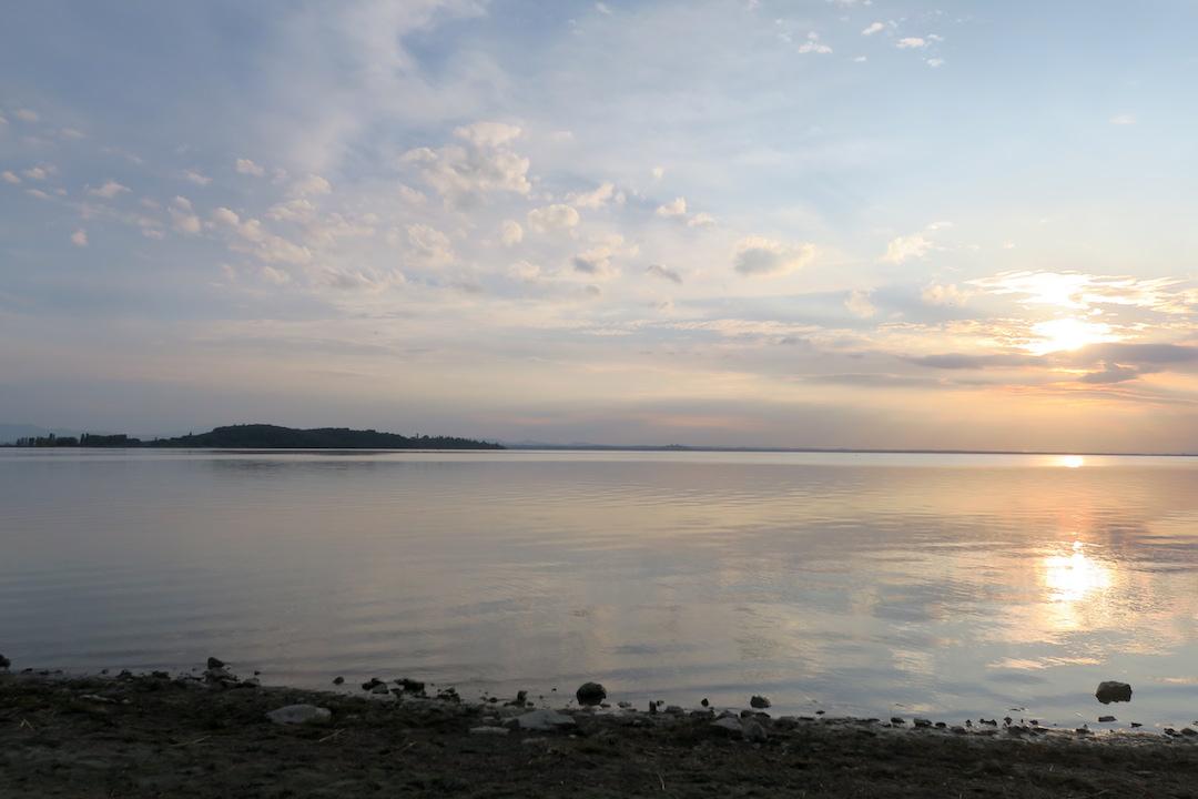 金色に銀色に光る湖の夕、トラジメーノ湖_f0234936_7154851.jpg