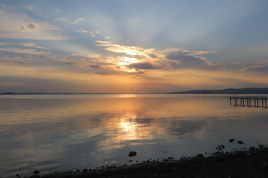 金色に銀色に光る湖の夕、トラジメーノ湖_f0234936_7205565.jpg