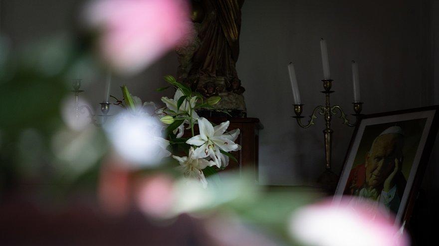 古きカトリック教会に宿る光蜥蜴_d0353489_00415583.jpg