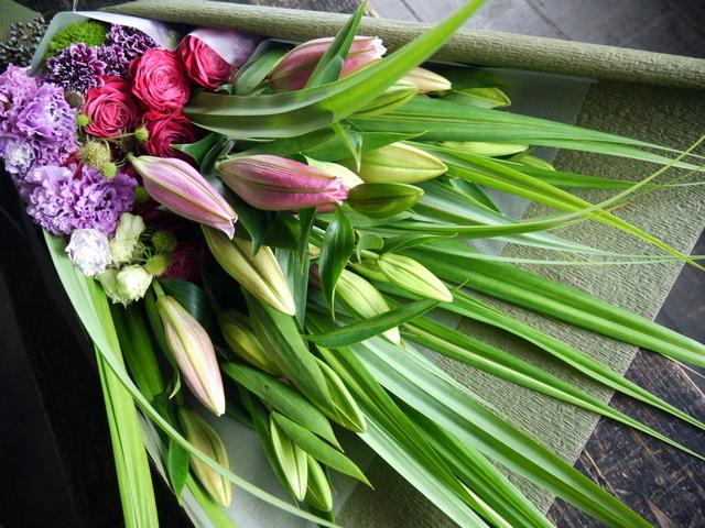 お母様の喜寿のお祝いに花束。「赤紫~ピンク。ピンクの百合を使って。和装に似合う雰囲気」。札幌グランドホテルにお届け。2019/07/14。_b0171193_18273454.jpg