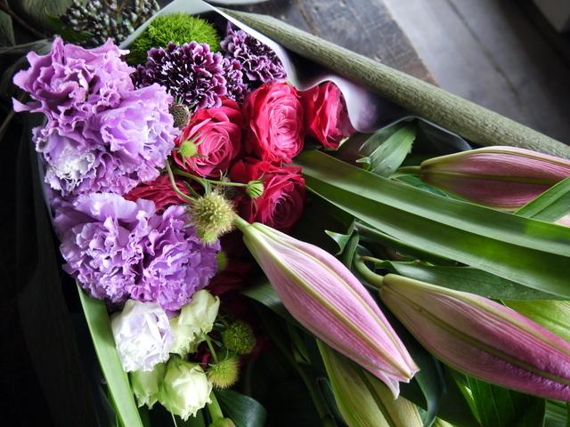 お母様の喜寿のお祝いに花束。「赤紫~ピンク。ピンクの百合を使って。和装に似合う雰囲気」。札幌グランドホテルにお届け。2019/07/14。_b0171193_18273884.jpg