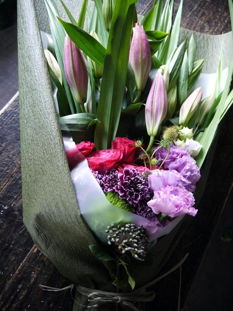 お母様の喜寿のお祝いに花束。「赤紫~ピンク。ピンクの百合を使って。和装に似合う雰囲気」。札幌グランドホテルにお届け。2019/07/14。_b0171193_18274190.jpg
