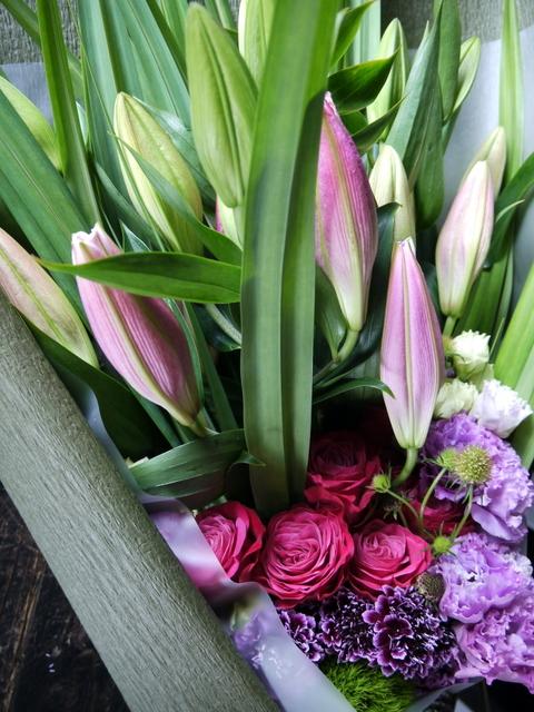 お母様の喜寿のお祝いに花束。「赤紫~ピンク。ピンクの百合を使って。和装に似合う雰囲気」。札幌グランドホテルにお届け。2019/07/14。_b0171193_18274369.jpg