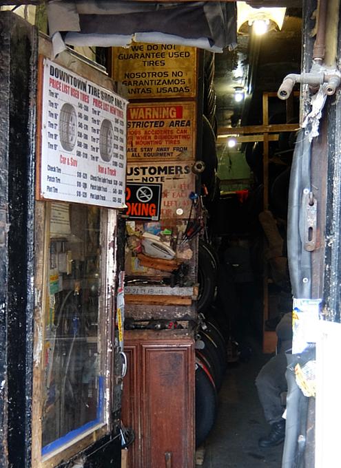 ダウンタウン・タイヤ・ショップ(Downtown Tire Shop)のレトロ感_b0007805_20375054.jpg