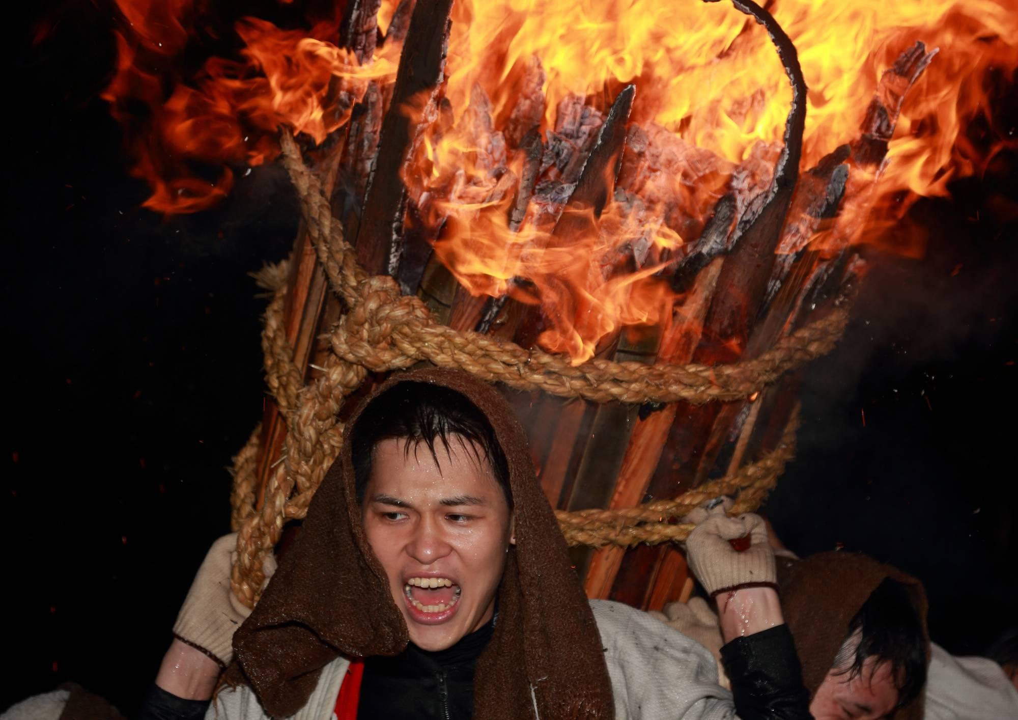 鞆の浦伝統の火祭り「お手火神事」 そのⅢ_a0140608_08012050.jpg