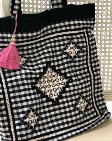 スイス刺しゅうのバッグとソーイングモチーフの赤糸刺しゅうのバスケット_a0157409_22402363.jpeg