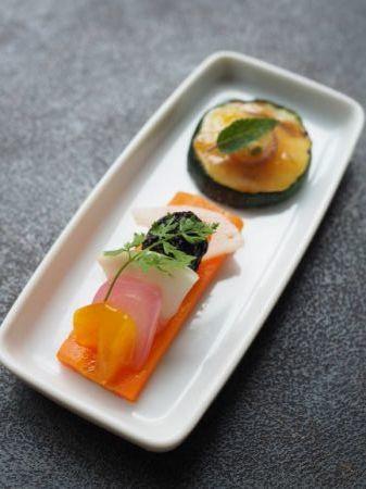彩り野菜の甘酢漬けと焼きズッキーニの前菜_e0148373_16100148.jpg