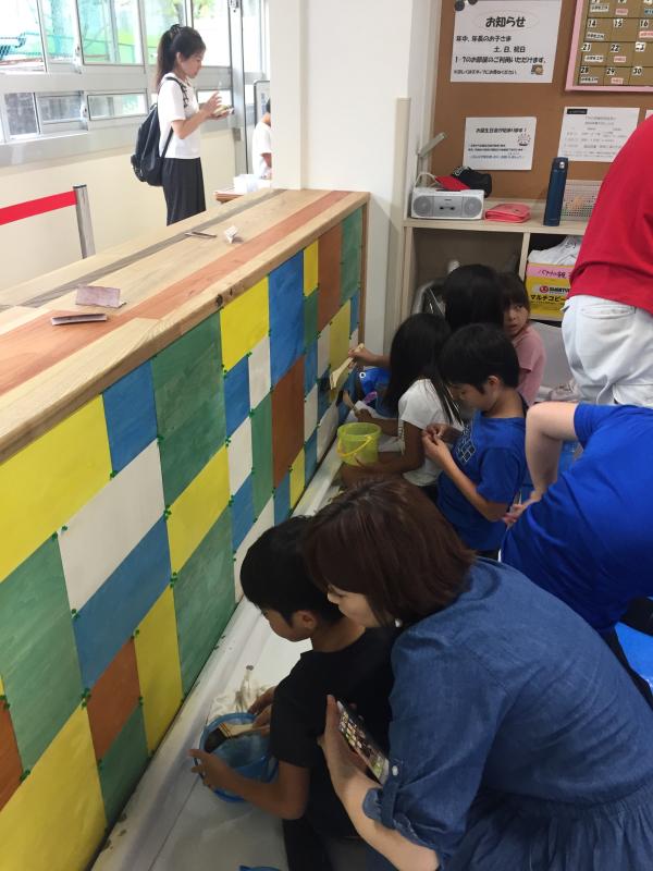 木育ワークショップ2日目。 今回のメイン作業は塗装です。 _c0074553_05223036.jpg