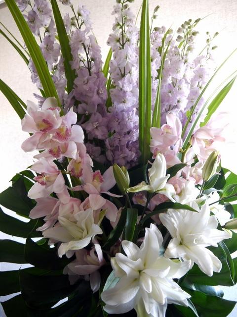 ご葬儀のアレンジメント。白石区中央2条の斎場にお届け②。2019/07/20。_b0171193_00140155.jpg