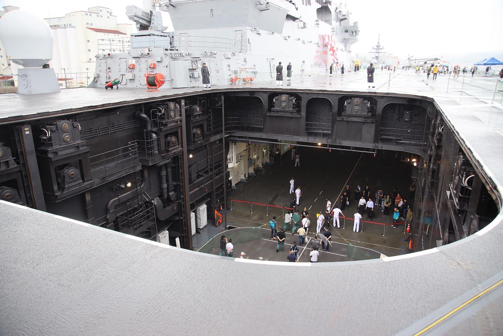 JMSDF DDH-184「かが」 in 小樽港 02_b0315809_21254694.jpg