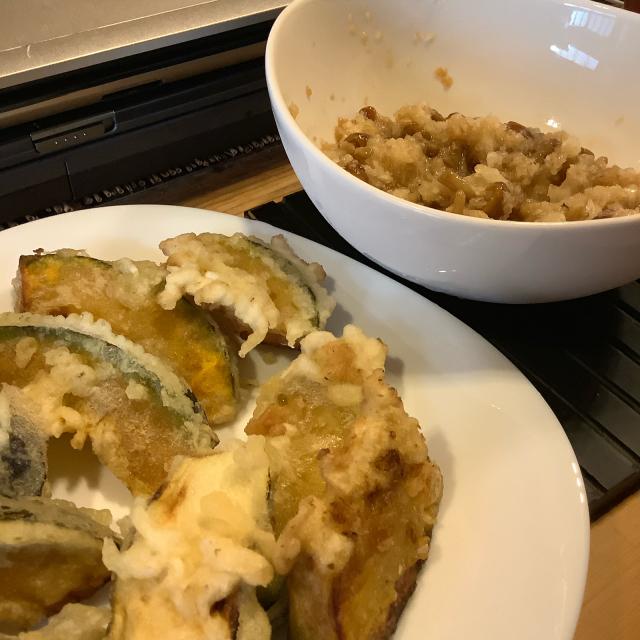 夏野菜の天ぷら立ち食いとなめこおろしに半立ち。_a0334793_21301318.jpg