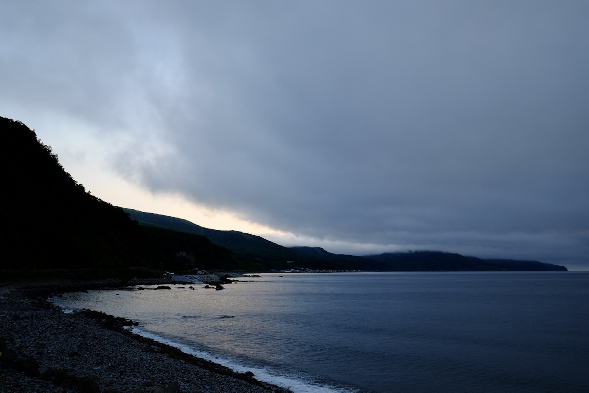 潮の香りがする朝の青い空気を吸いに来ました。_e0051186_09572540.jpg